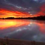 Снимка на небе, обагрено в червено от залеза